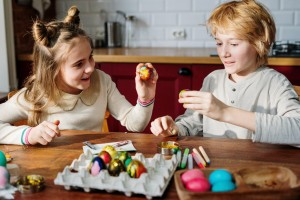 childred-decorating-eggs-3972178